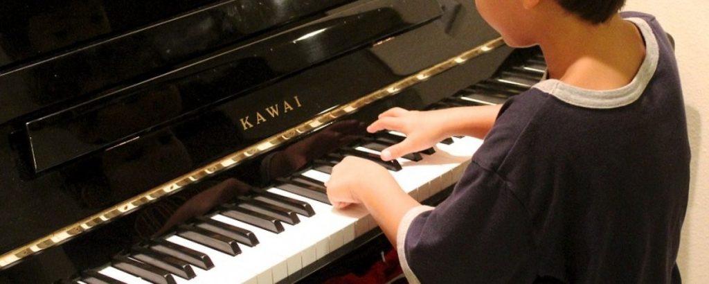 Jongen is een piano aan het bespelen